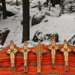 Estas cruces de madera son una artesanía bellísima en venta en la cascada congelada de Cusárare.