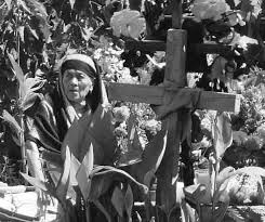 mujer chonta con cruz entre magueyes en oaxaca mexico