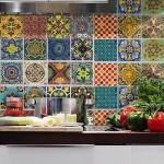 Azulejos de talavera en pared para cocina / Imagen: Bluecoin.