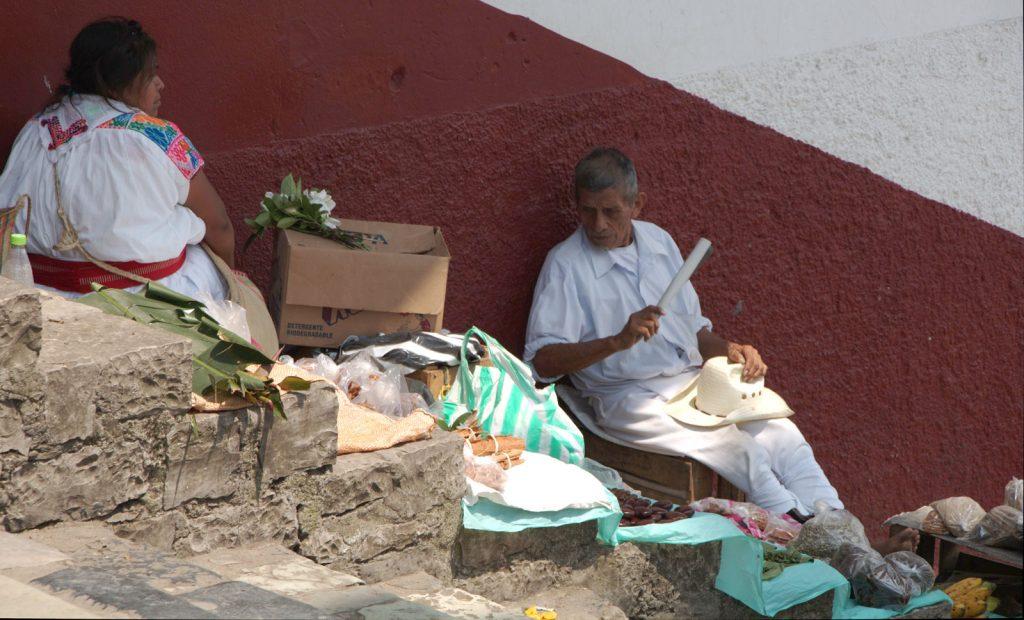 dia de mercado en el pueblo de cuetzalan en puebla, mexico
