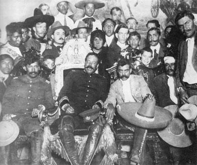 Emiliano Zapata y Francisco Villa en la silla presidencial en Palacio Nacional.