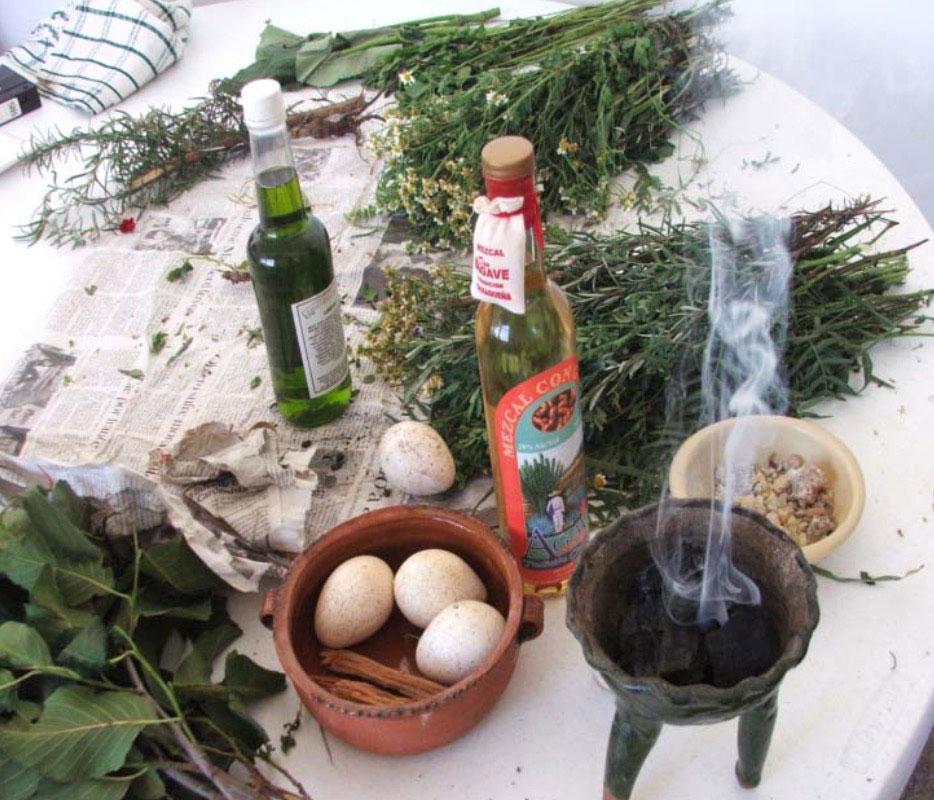 Huevo, incienso, mezcal, alcohol y hierbas para hacer limpias por chamanes o curanderos.