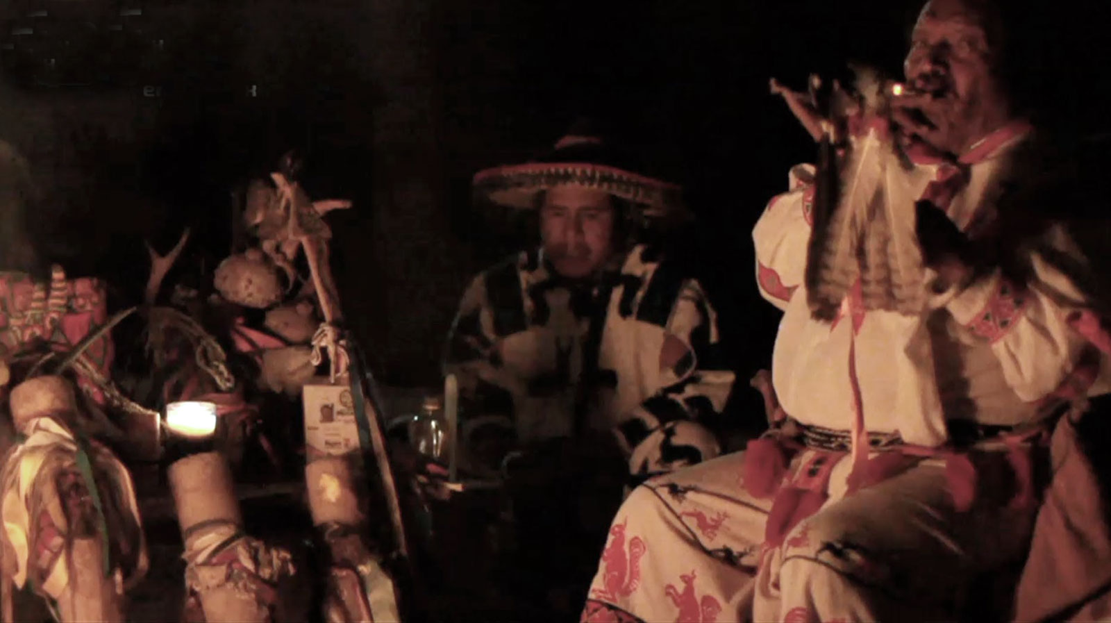 Huicholes durante una ceremonia de peyote en México.