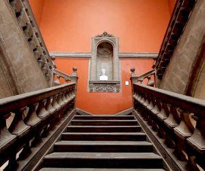 Escaleras del Museo nacional de San Carlos en la ciudad de México.