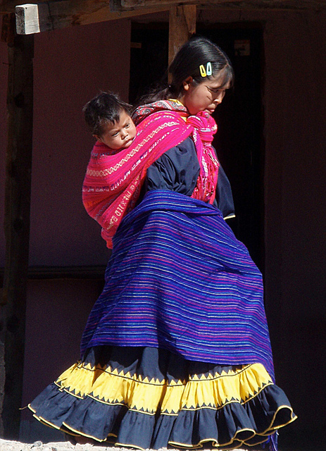 Mujer Tarahumara con niño en la espalda; Creel, Chihuahua, Mexico