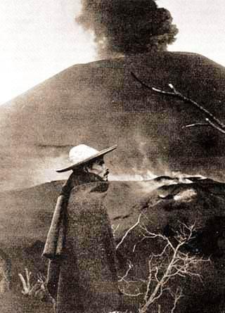 Foto: Dionysio Pulido junto al Volcan Parecutin / Derechos Indigenas Michoacan