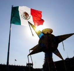 Piñata_en_el_Zócalo_de_la_Ciudad_de_México