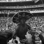 Pelé, el mítico jugador de Brasil, con un sombrero de charro en el mundial del 70 en México.