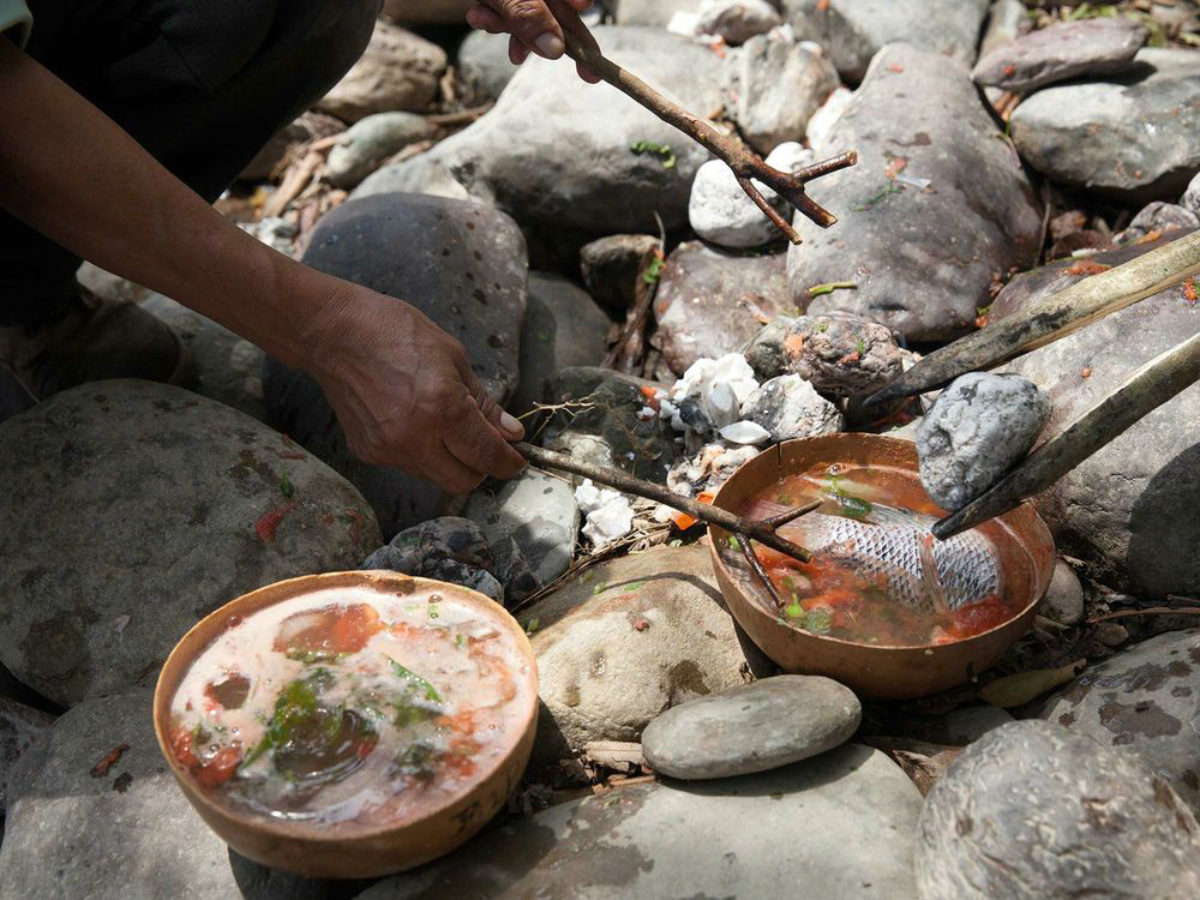 La elaboración del caldo de piedra es todo un ritual.