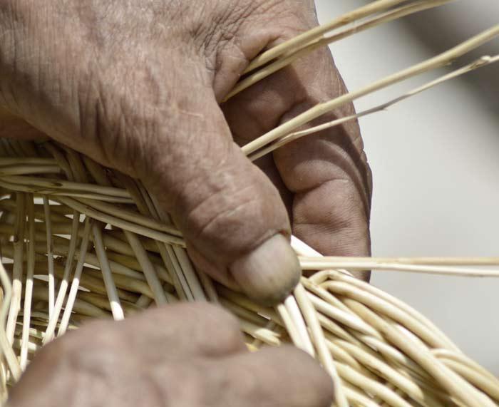 artesanos-mexicanos-trabajando-canastas