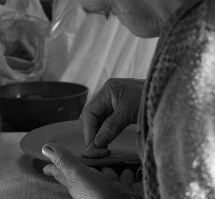 Dos de los grandes maestros ceramistas de Japón estarán ofreciendo su saber en tierras mexicanas. Esta, sobra decirlo, es una inmejorable oportunidad para que ceramistas mexicanos complementen su manejo de la disciplina y se enriquezcan técnica y creativamente. Recordemos que la cerámica es, ante todo, multicultural y funciona como hilo conductor para unir tradiciones, desde nuestros ancestros precolombinos, pasando el diseño contemporáneo mexicano y hasta países tan distintos como Japón. Y si bien lo más sustentable es siempre utilizar materias locales para la realización de objetos artísticos y artesanales, esto se complementa a la perfección con adoptar técnicas externas para el enriquecimiento de las propias. La Escuela Nacional de Cerámica es una institución que se ha dado a la tarea de conservar esta preciosa disciplina y abrir posibilidades a su práctica contemporánea. La cerámica se comparte y, con vistas a ello, la ENC ofrece constantemente talleres que resaltan la multiplicidad de esta bella disciplina. En octubre de 2017, por segunda ocasión, abren sus puertas a los ceramistas mexicanos de tradición a participar en un taller dedicado a Japón y a sus técnicas. Los maestros invitados por la ENC son Norichika Yamaguchi y Yusuke Suzuki. El primero, trabaja los moldes japoneses de alta precisión y es uno de los maestros más respetados en su país. El segundo es un ingeniero químico especializado en la fabricación de cerámica y porcelana; desde 1981 vive en Toluca, Estado de México y ha sido un referente de la enseñanza de cerámica en nuestro país. Yamaguchi honrará a los participantes con la enseñanza de su reconocida técnica para realizar moldes de yeso de precisión japonesa. Por otro lado, el maestro Suzuki presentará sus saberes en las técnicas para la elaboración de pasta roja y stoneware –una clase de cerámica que es impermeable, parcialmente vidriada, pero opaca–; además, él mismo regalará sus conocimientos sobre el desarrollo de vidriado cerámico a base 