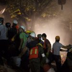 Gente reunida frente a una zona de desastre (Foto: Miguel Dimayuga)