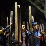 Civiles llevando tablas útiles para remover escombro (Foto: Miguel Dimayuga)