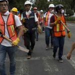 Voluntarios rescatan víctimas del sismo en la Ciudad de Mexico (AP)