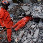 Topos de Tlatelolco, voluntarios en plena búsqueda. / AFP