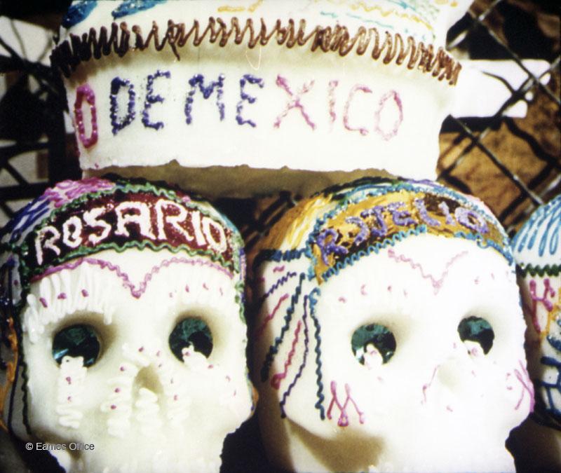 dia-de-muertos-mexico-tradiciones-documental-ofrenda-artesanias
