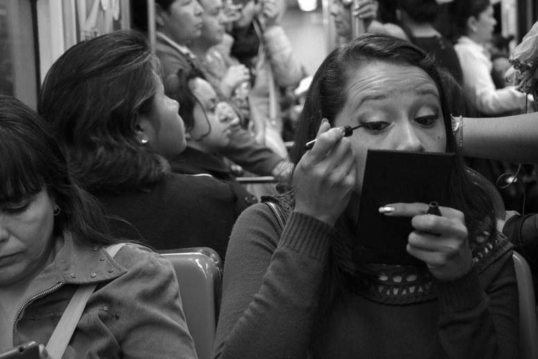 mexico-cdmx-fotos-extranas-curiosas-transporte-publico-metro-mujeres-maquillandose