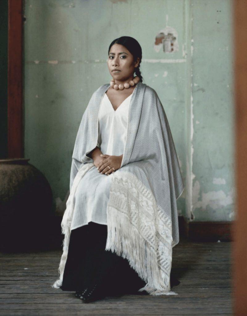yalitza-aparicio-roma-vestuarios-atuendos-textiles-tradicionales-vogue-revistas-portada